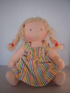 ledematenpop in regenboog jurkje